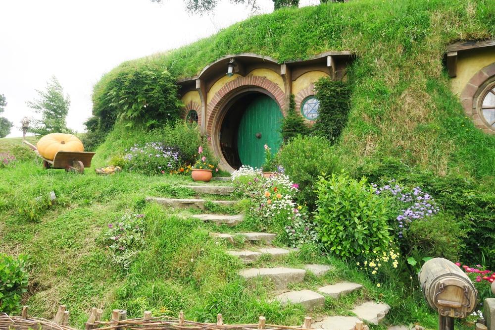 hobbit-hole-hobbiton-bilbo-baggins-movie-set-tour